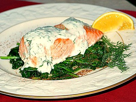 Grilled salmon with spinach and yogurt dill sauce for Yogurt sauce for fish