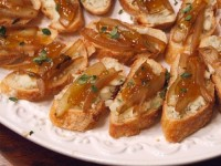 crostini with caramelized onion and gorgonzola