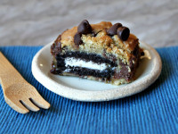 Oreo and Caramel Stuffed Chocolate Chip Cookie Bars 1