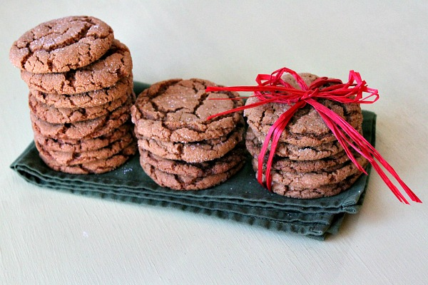 Gingersnaps in stacks on green napkin
