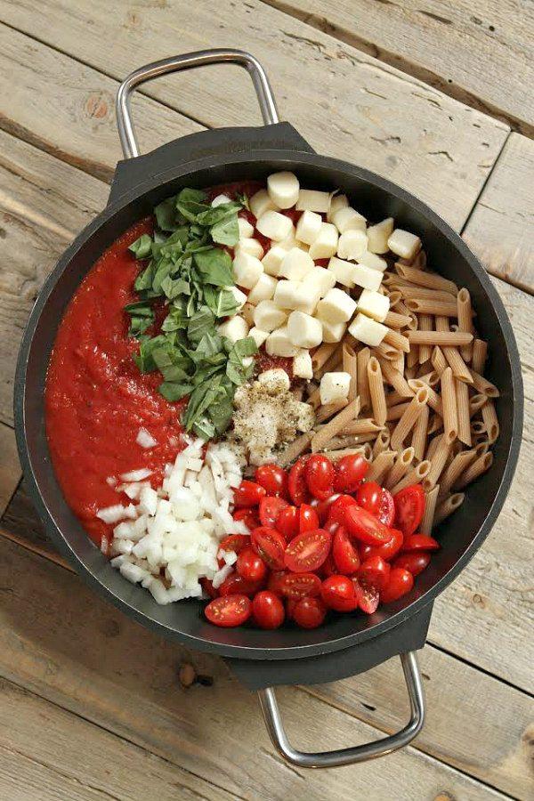 Easy One Pot Caprese Pasta Recipe