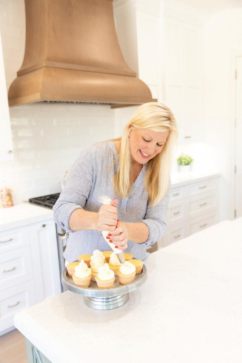 RecipeGirl decorating cupcakes
